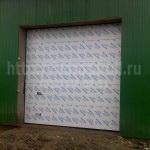 Подъемно-секционные ворота, белого цвета