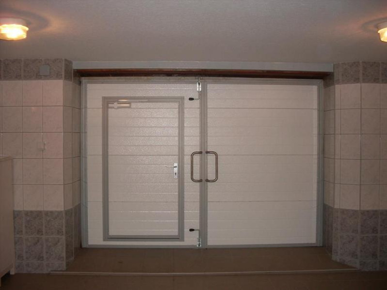 Современные распашные ворота для гаража
