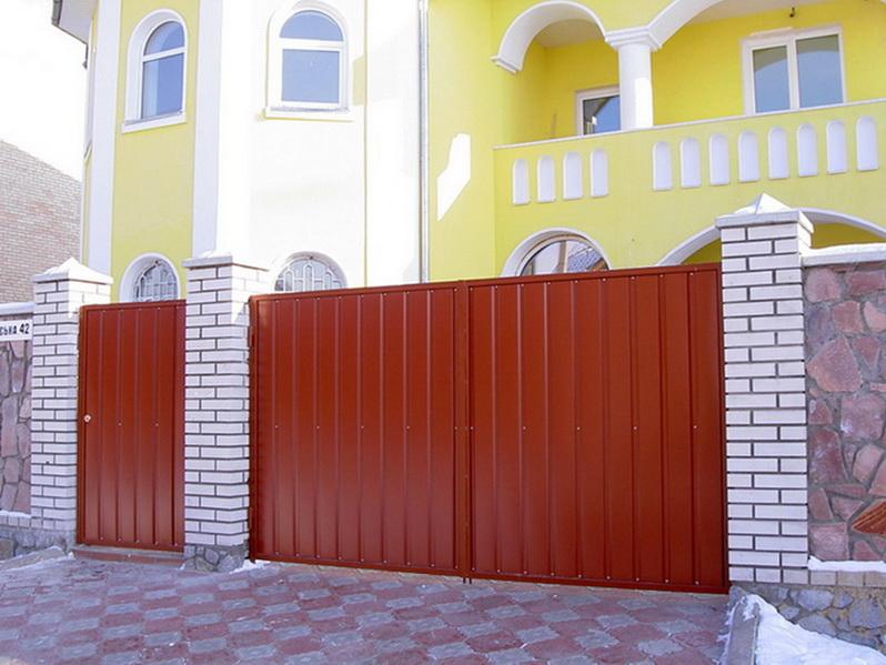 Металлические распашные ворота с калиткой